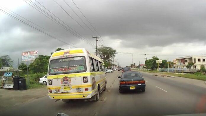 Buschauffeur die over fietspad reed aangehouden
