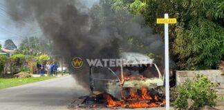 VIDEO: Brandweer Suriname rukt uit voor brand in busje
