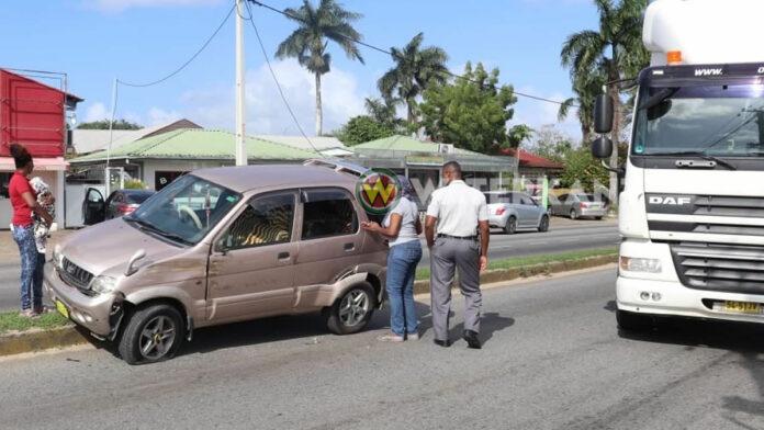 DAF vrachtwagen wisselt van rijbaan en raakt personenwagen