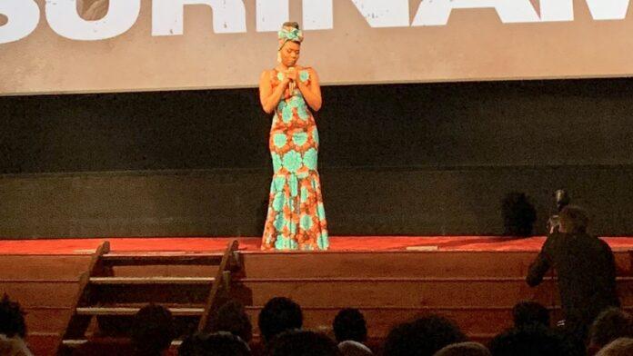 VIDEO: Imanuelle Grives zegt 'sorry' bij prèmiere film Suriname