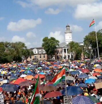 VIDEO: Grote opkomst bij protest tegen wanbeleid NDP-regering in Suriname