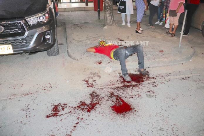 VIDEO: Man ernstig gewond bij kappartij in centrum van Paramaribo