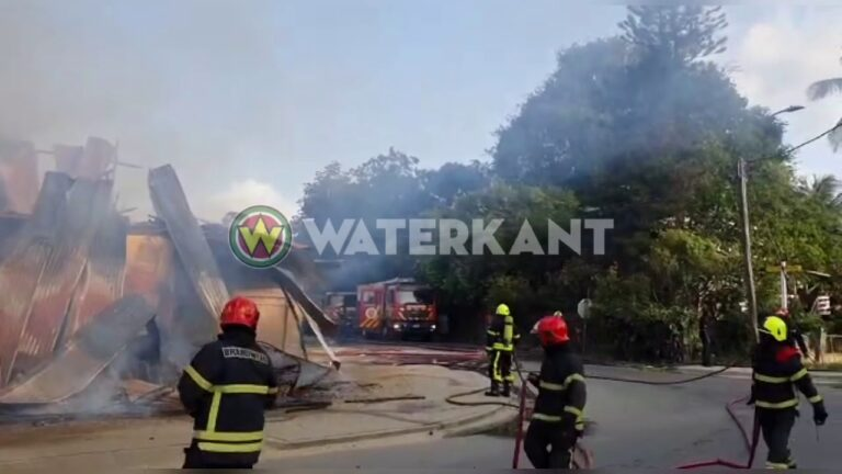 VIDEO: Winkelpand annex woonhuis in brand te Charlesburg
