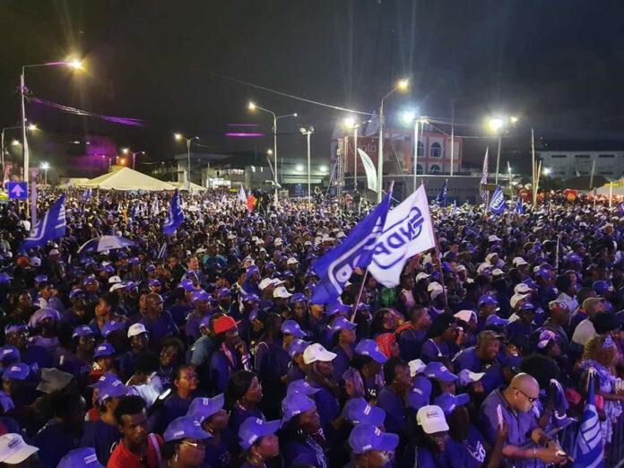 Grote mensenmassa op de been bij NDP massameeting Veerplein