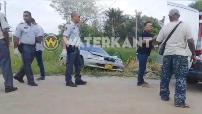 Vrouw dood aangetroffen in auto die deels in trens belandde