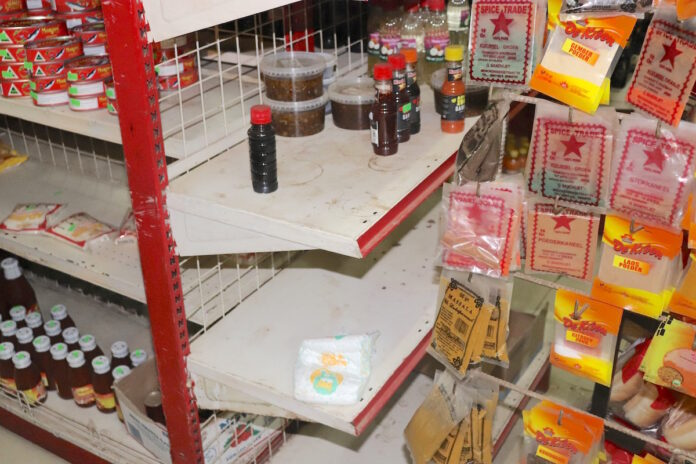 Rattenpoep en stof op producten in smerige supermarkt