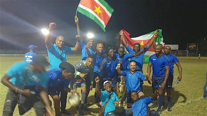 SV Ratio wint beker in veteranen voetbalwedstrijd 'Suriname tegen Guyana'