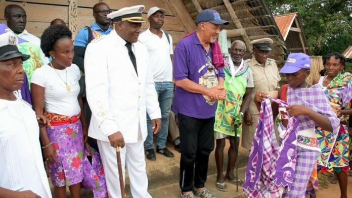President Bouterse op beleefdheidsbezoek bij granman Aboikoni