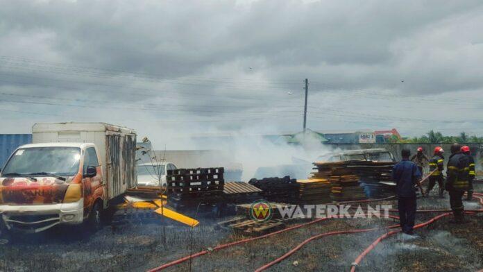 Sloopauto's in brand gevlogen door uit de hand gelopen grasbrand