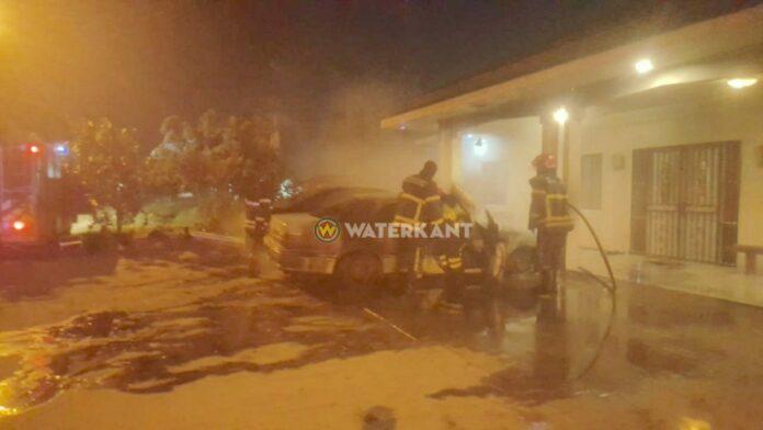 Twee auto's in brand gestoken op erf