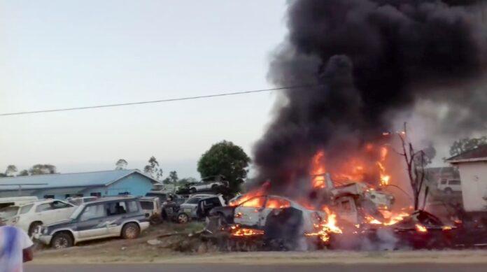 Diverse auto's in brand bij autosloperij in Suriname