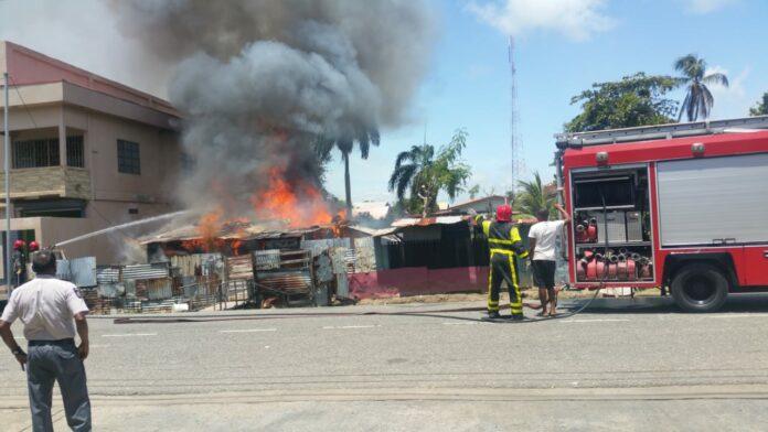 VIDEO: Brandweer Nickerie rukt uit voor brand in houten woning
