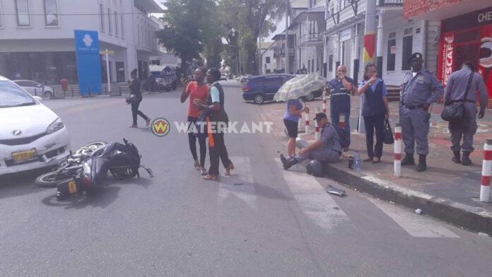 Bromfietser op voorrangsweg in centrum geschept door auto
