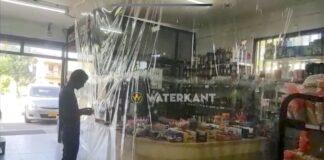 VIDEO: Winkelier rekent achter plastic af vanwege coronavirus