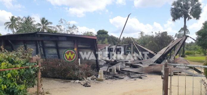 Doorgedraaide man vernielt auto, steekt huis in brand en pleegt zelfmoord