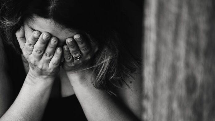 Jeugdigen van 14, 15 en 16 jaar misbruiken 13-jarige mede scholiere