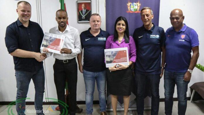 KNVB produceert handboek voor Suriname over beheer kunstgrasvelden