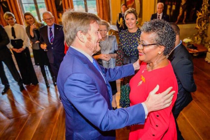 Surinaamse afgestudeerde verpleegkundige krijgt hoge koninklijke onderscheiding
