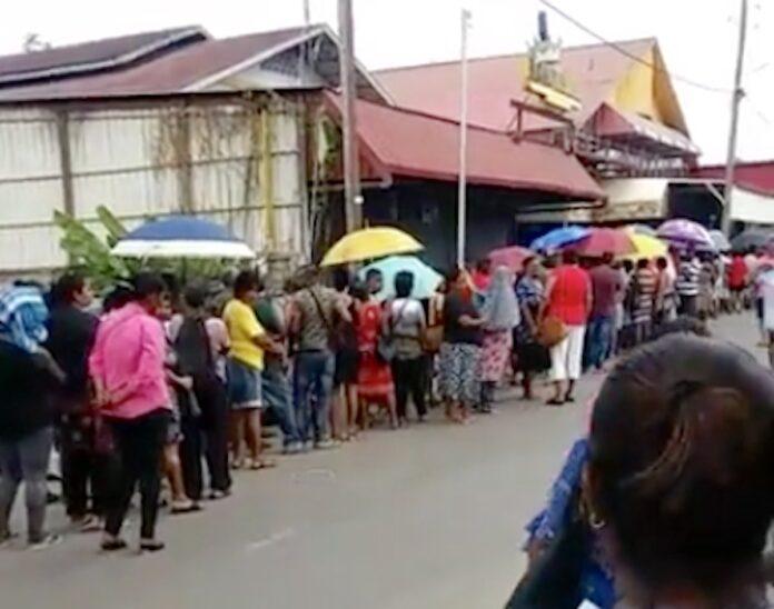 VIDEO: Lange rijen voor goedkope basisgoederen in Suriname