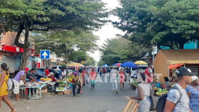 Marktventers bieden verkoopwaar aan in Jodenbreestraat na sluiting markt