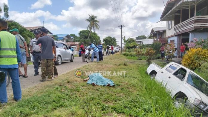 Man overleden in het verkeer, pick-up in goot terecht gekomen