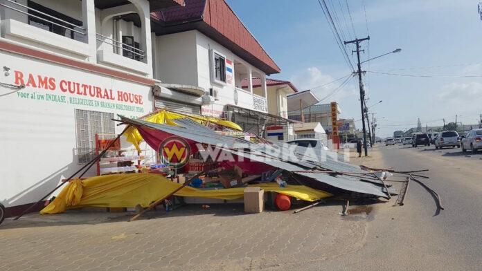 Speciale Phagwa stand bij winkel Indira Gandhiweg ingestort
