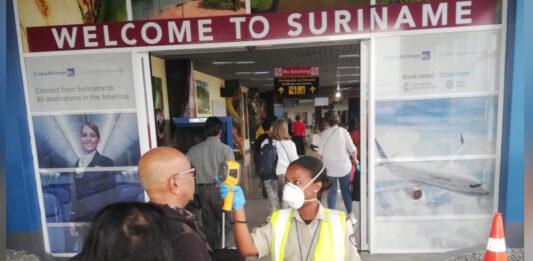 Alle personen op luchthaven Suriname gecheckt op temperatuur vanwege Corona virus