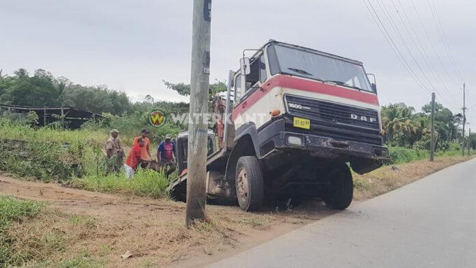 DAF truck met mini graafmachine komt in goot terecht