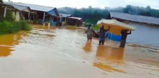 Benzdorp onder water gelopen door zware regenbuien suriname