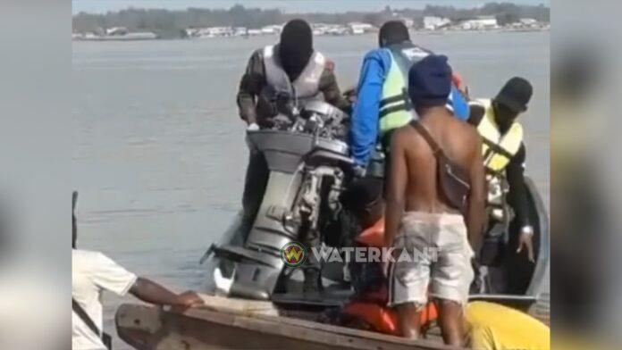 Politie Albina neemt buitenboordmotoren van bootslieden in beslag