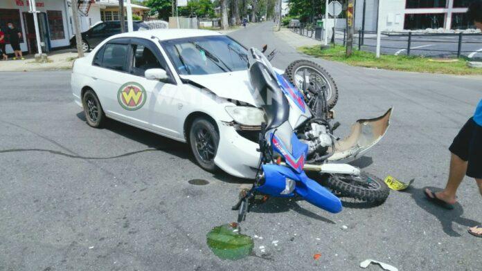 Jonge motorcrosser knalt tegen auto en vliegt meters verder