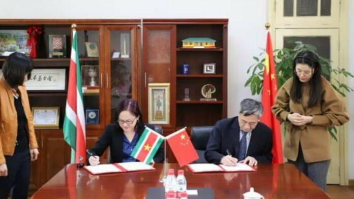 Ondertekening overeenkomst donatie van maskers aan Suriname