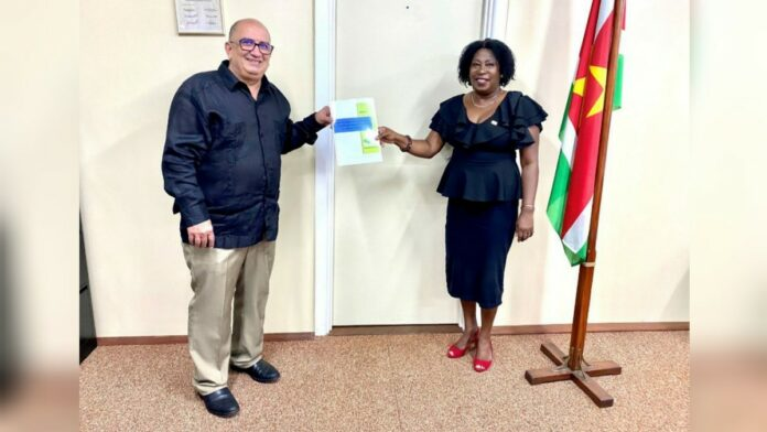 UNFPA overhandigt SRH policy document aan minister Elias
