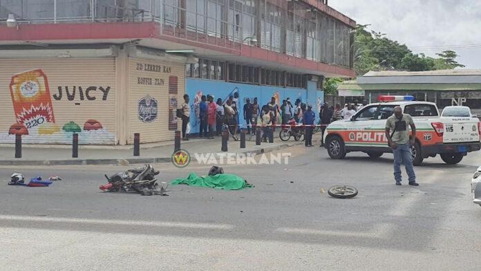 Auto rijdt over 40-jarige Guyanese bromfietser