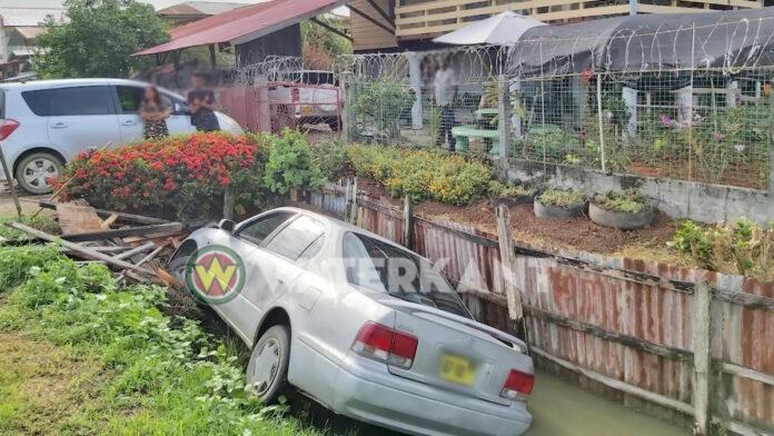 Autobestuurder 'parkeert' voertuig in goot