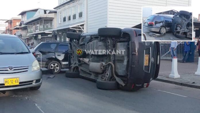 Auto op z'n zij na aanrijding in centrum van Paramaribo