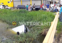 VIDEO: Auto te water na aanrijding in Paramaribo