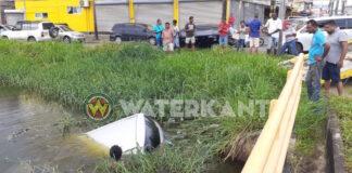 VIDEO: Auto te water na aanrijding in Paramaribo