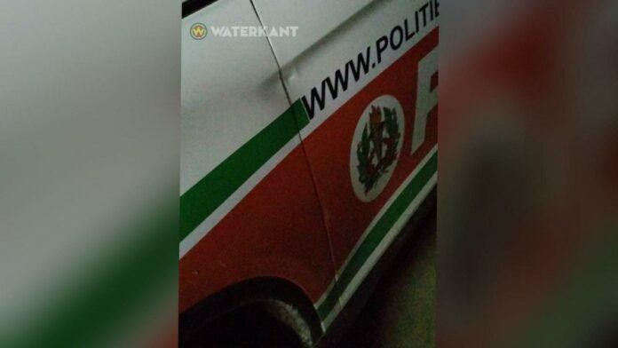 bierfles-gegooid-op-politieauto-tijdens-avondklok