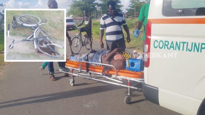 Haastige fietser geschept door automobilist en gewond afgevoerd