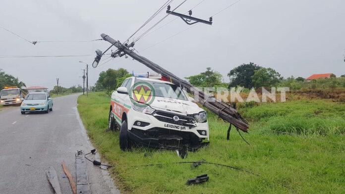 Politieauto slaat EBS stroompaal langs de weg kapot