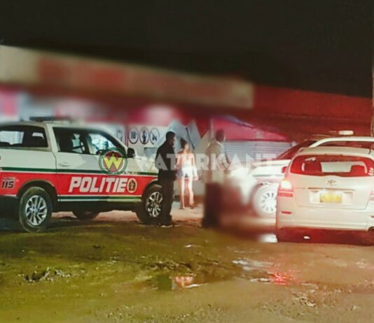 politie-rijdt-auto-klem-suriname