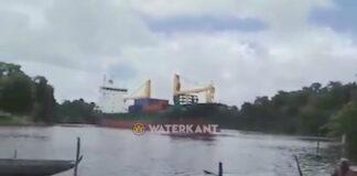 VIDEO: Vrachtschip verliest controle en ligt dwars op rivier in Suriname
