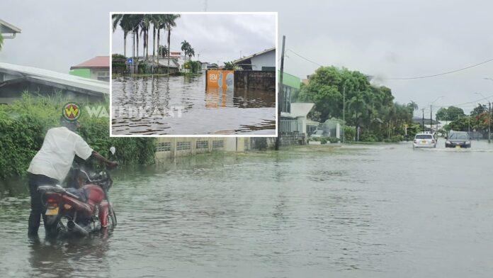 Straten onder water na hevige regenval in Suriname