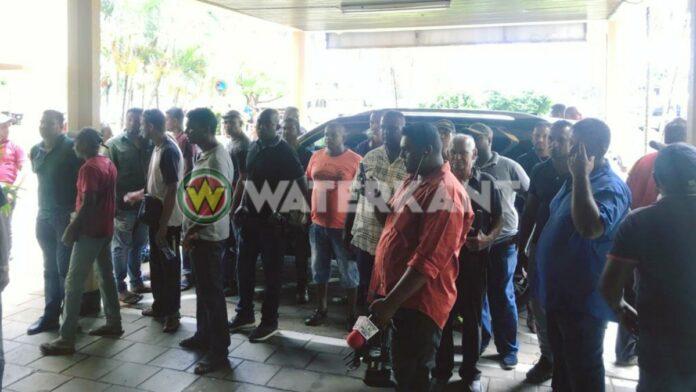 Buschauffeurs massaal getogen naar ministerie van OWT&C