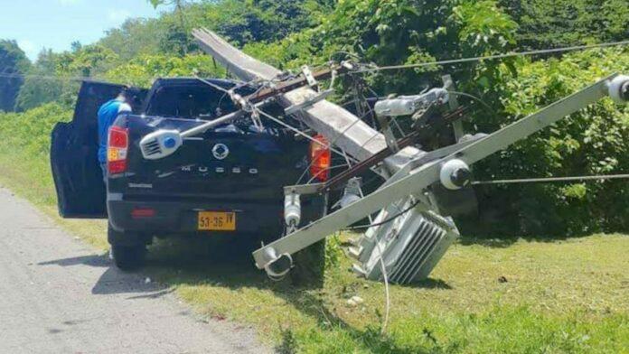 Dienstauto rijdt elektriciteitsmast in Coronie kapot