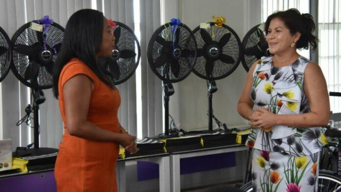 First lady doneert aan verpleegkundigen in verband met Moederdag