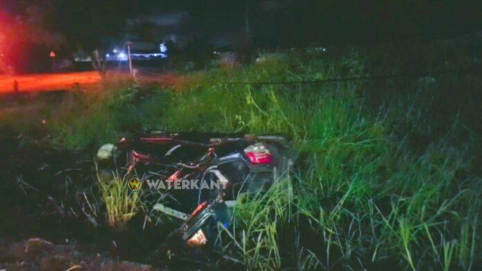 VIDEO: Autobestuurder rijdt elektriciteitsmast kapot en 'vliegt' in goot