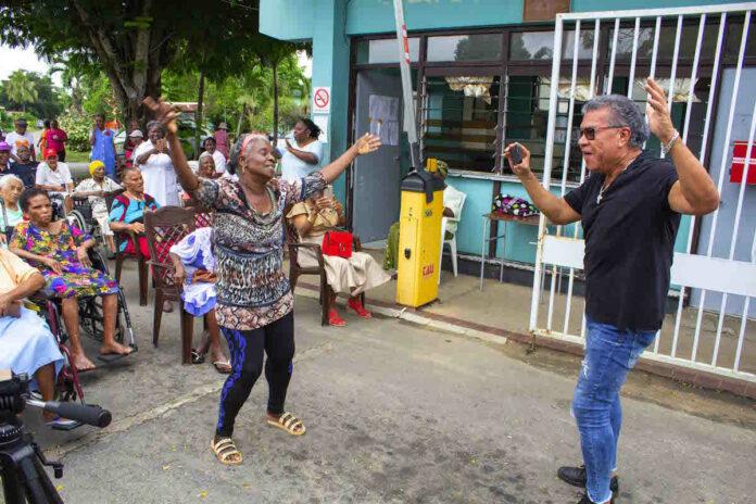 Assuria zet seniore burgers van Suriname in het zonnetje