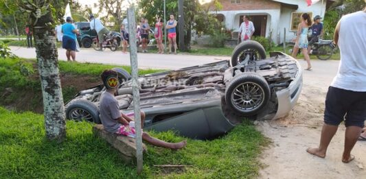 Slipper vast, auto eindigt op z'n kop in de goot